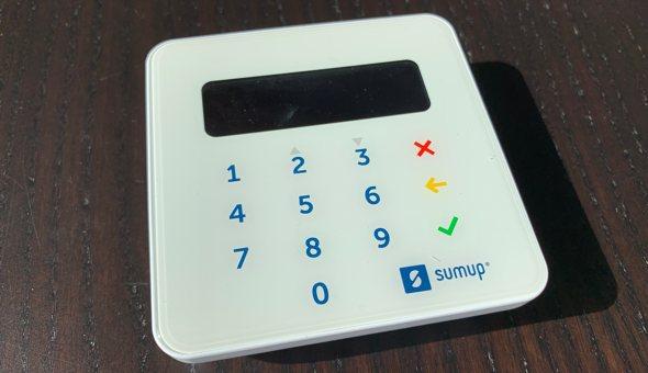 Platební terminál SumUp: umožněte zákazníkům platby kartami jednoduše a levně (RECENZE)